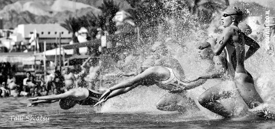 אתגר צילום תמונות בשחור לבן | טריאתלון אילת 2010 זינוק נשים עלית.