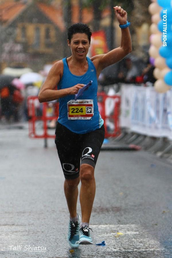 צילום: טלי שיאצו | לרוץ מרתון | סוניה אריאלי בקו סיום של מרתון טבריה