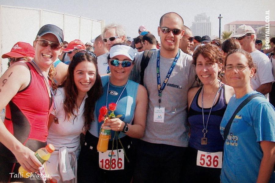בתמונה מימין: טלי פינק, רחל, ניר, אתי, טלי שיאצו ומקל