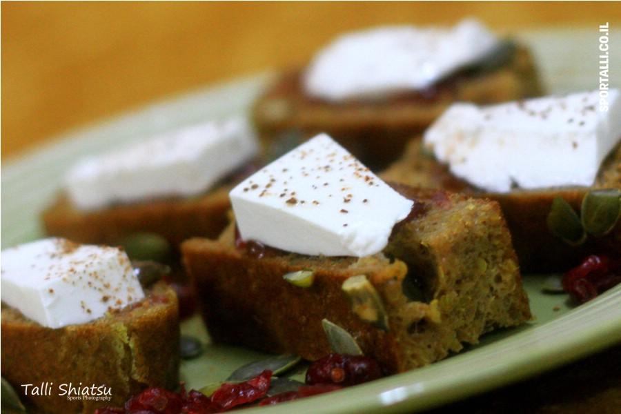 לחם מקינואה וטחינה גולמית | ריבת תות וגבינת עזים | צילום טלי שיאצו