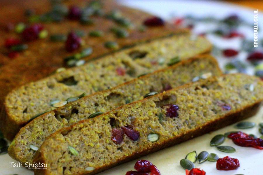 לחם מקינואה וטחינה גולמית | פרוסות לחם קינואה עם חמוציות | צילום: טלי שיאצו