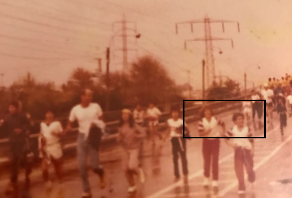 מרתון תל אביב הראשון 1981, אודי (אחי) לשמאלי ואני מתואמים בבגדים חוצים את גשר רוקח