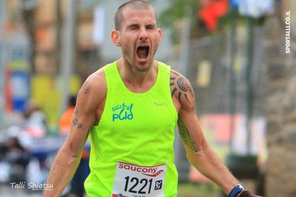 צילום: טלי שיאצו | חוסן בראש על קו סיום מרתון טבריה