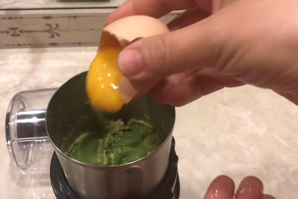 מסכת פנים מאבוקדו וחלמון ביצה